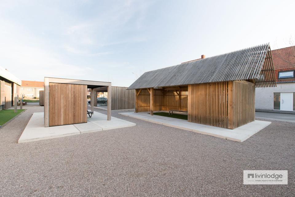 Modern houten bijgebouw op parking showroom te Meulebeke